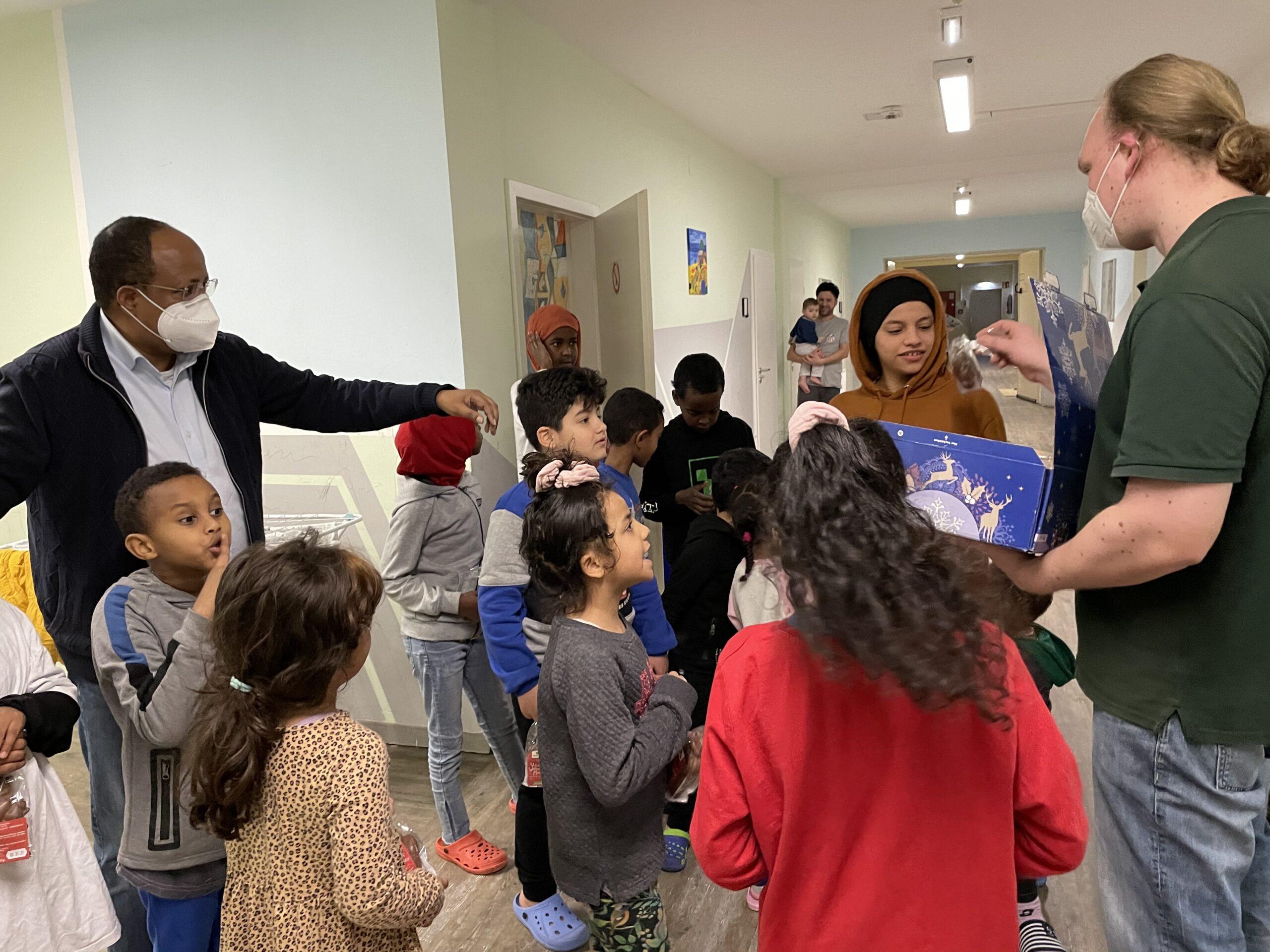 Süße Überraschung für die Kinder im Griesheimer Flüchtlingsheim