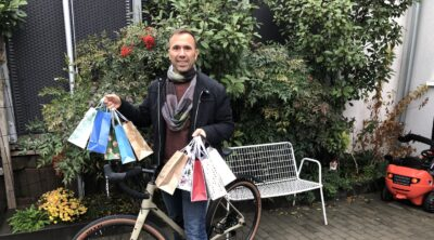 Thorsten Eisele verteilt Schokonikoläuse mit dem Fahrrad