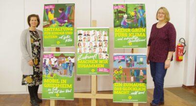 Steffi und Ramona präsentieren die Plakate fuer die Kommunalwahl 2021